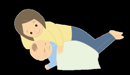 赤ちゃんを寝かしつけているママのイラスト
