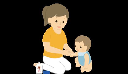 赤ちゃんに日焼け止めを塗っているお母さんのイラスト