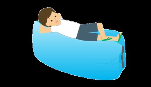 エアークッションに寝転んでいる人のイラスト