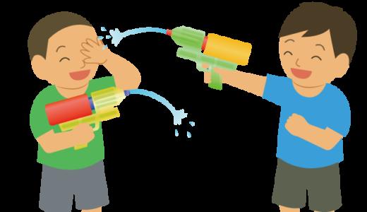 水鉄砲で遊んでいる子供のイラスト